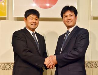 国際審判員に合格し、意欲を燃やす田口直良さん(左)。右は本県で初めて合格した高橋勝利さん