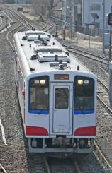 久慈駅付近を試運転する列車。約5カ月ぶりに北三陸の鉄路が完全復旧する=13日、久慈市