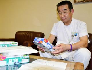 寄付されたマスクを手に、感謝の思いを強くする佐藤隆次院長