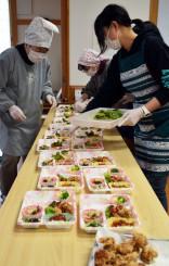 ひとり親家庭向けに栄養満点の弁当を手作りする参加者