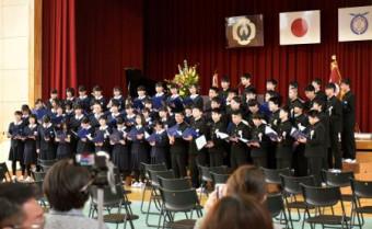 東日本大震災の影響で初めての卒業式を迎えた岩手県大槌町の小中一貫校「大槌学園」の卒業生=14日