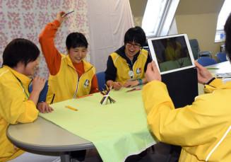 身近なものを使った遊びを紹介する動画をSNSで公開している県立児童館いわて子どもの森のスタッフ