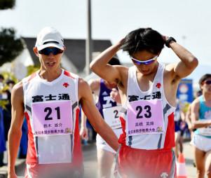 ゴール直後、チームメートの鈴木雄介(左)から励ましを受ける高橋英輝