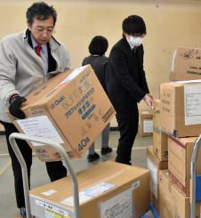各省庁から届いたマスクを医療機関に向けて発送する県職員=17日、県庁