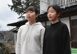 卒業式で合唱ができることが決まり、自宅で練習する(左から)渋田一葉さん、一稀さん