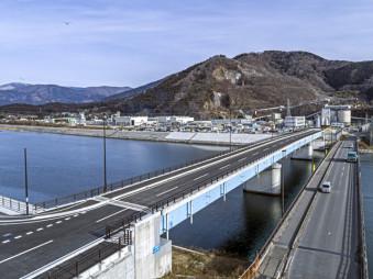 20日に開通する新しい川口橋。右手の既存の橋よりも高くした(大船渡土木センター提供)