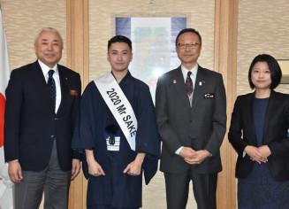 保和衛副知事(右から2人目)に抱負を語った大谷史也さん(同3人目)