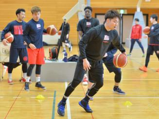 個人練習で技術向上を図る岩手ビッグブルズの選手=滝沢市・滝沢総合公園体育館