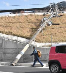 強風で倒れた国道283号沿いの電柱=20日午後1時57分、釜石市新町
