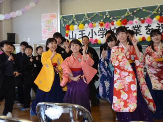 臨時休校中に自宅で練習を重ねたダンスを披露する山王小の卒業生