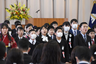 高らかに合唱を披露する黒沢尻北小の卒業生