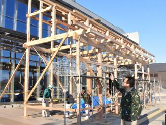 気仙大工の技を集めた木造建築。鈴木昭司さん(手前)は「継承される文化を知ってもらいたい」と期待する
