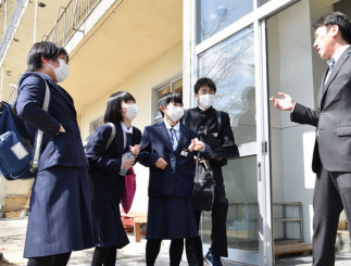 思い出の詰まった校舎で、閉校式後に教諭と談笑する生徒たち