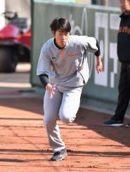 ダッシュに励む巨人の堀田賢慎。右肘のリハビリと並行して体づくりに取り組む=川崎市・ジャイアンツ球場