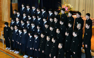 最後の合唱を披露する生徒たち