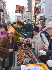 買い物客でにぎわう「よ市」。野田村の郷土料理の豆腐田楽などが人気を集めた=2019年4月、盛岡市材木町