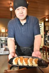 人気の紫波餃子を提供する桜井英寿店主。開店間もないが既に多くのファンができている