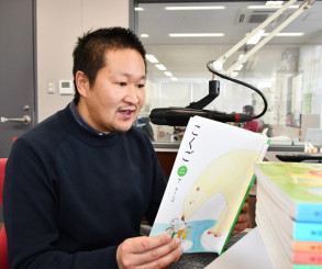 小学生の学習を支援しようと国語の教科書を朗読する塩竃一常局長