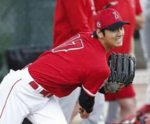 ブルペンで投球練習するエンゼルス・大谷翔平=11日、テンピ(共同)
