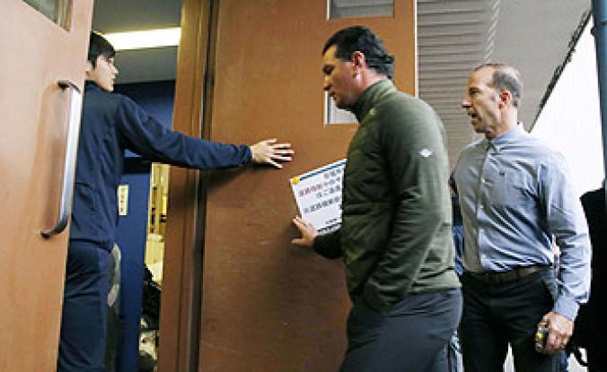 日本ハムの球団施設を訪問したエンゼルスのエプラーGM(右)らを案内する大谷翔平(左)=8日、千葉県鎌ケ谷市