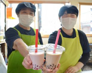 県産牛乳応援企画第1弾のタピオカミルク。いちご、ミルクティーの2種類がある