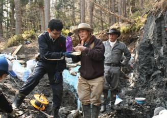 久慈市小久慈町で集中調査を進める平山廉教授(中央)らの発掘チーム