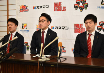 4位に終わった今季を振り返る岩手ビッグブルズの(左から)吉田優磨アソシエイトヘッドコーチ、水野哲志社長、伊藤良太主将=盛岡タカヤアリーナ