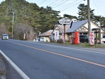 三陸道開通後、交通量が激減した国道45号。売り上げが落ち込み、沿線のきりきり善兵衛本店は29日に閉店する=28日、大槌町吉里吉里