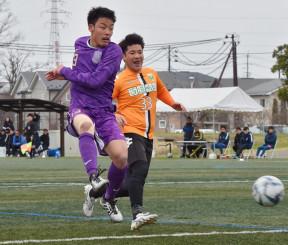 準々決勝 富士大-FCガンジュ岩手 前半21分、富士大のFW水野拓海(左)が右からのクロスに合わせ2-0とリードを広げる=紫波町・県フットボールセンター