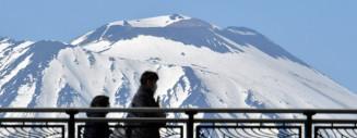 青空に浮かび上がる岩手山のワシ形=30日、盛岡市盛岡駅前通・旭橋付近