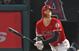 4回、3者連続となる本塁打を左中間へ放つエンゼルス・大谷翔平=アナハイム(報道部・菊池範正撮影)