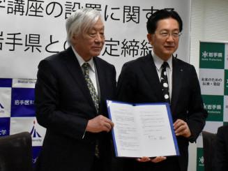 協定書を取り交わす達増知事(右)と小川彰理事長