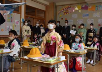 羽織はかまにマスク姿で先生の話を聞く1年生=1日、大船渡市三陸町・綾里小