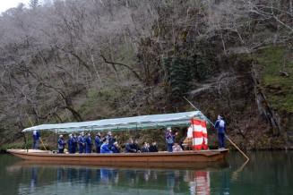 観光シーズンの幕開けに当たり、舟上で安全祈願祭を行う関係者
