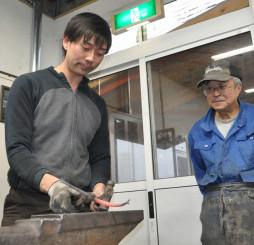 田中二三男さん(右)の鉉工房を承継し、新拠点を立ち上げた菊池翔さん。伝統の技を磨き、将来の担い手育成に力を注ぐ