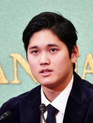 日米の技術差を埋め、新人王獲得につなげた充実のシーズンを語る大谷翔平=東京・日本記者クラブ