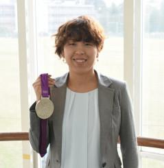 ロンドン五輪の銀メダルを手に「自分が納得できるパフォーマンスをしてほしい」と県人選手へエールを送る岩清水梓さん=東京都稲城市