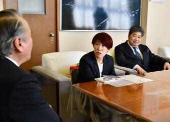 クラウドファンディングを活用して制作した自身初のCDを報告する佐野よりこさん(中央)