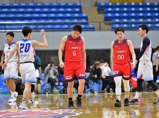 佐賀に敗れて肩を落とすブルズの今井宏樹(6)と上田雅也(00)。この試合で首位から陥落した=2月8日、盛岡タカヤアリーナ