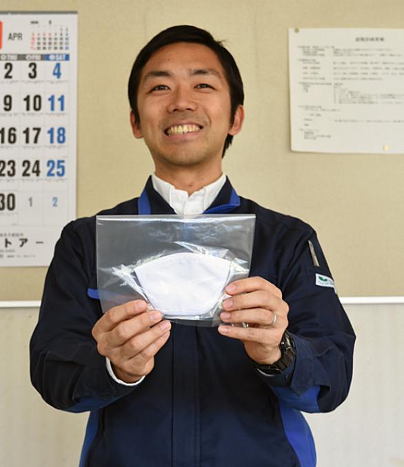 初めて製造したマスクを手に有効活用を願う坂本博之工場長