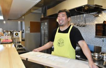 打ったそばを手に「復興支援への感謝を伝え、まちのにぎわいの力になりたい」と開店準備に励む田中正道さん=大槌町本町