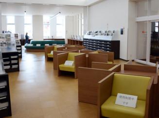 ソファに使用制限の紙が置かれた一関図書館。貸し出しは継続するが利用者は少なかった