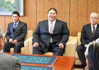 主浜了市長らに「地元から応援されるよう頑張りたい」と決意を語る桑原英男さん(中央)