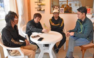 オリジナルシードルについて話し合う崎浜ヤンキー実行委のメンバーと、スリーピークスの及川武宏代表取締役(右)