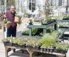 「季節の花で寄せ植えを楽しんでほしい」と笑顔を見せる高沢豊さん