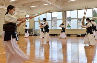マスクを着用して素振りに励む上田中の剣道部員。複数の感染防止対策を講じて部活動を再開した