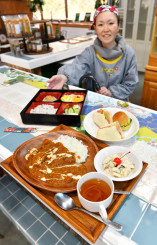 農家レストラン・里やま市場では、地産地消にこだわったカレーなど日替わりランチを提供する