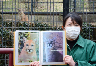 5月に「嫁入り」するニーナ(写真右)と現在飼育されているタフ(奥)