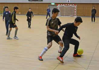 タラフレックスコートに張り替えられた体育館でフットサルの練習に励む中学生ら