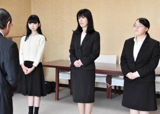 田村正彦市長から激励を受ける(左奥から)跡辺希美さん、伊藤博子さん、村上真穂さん